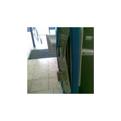 Stahltürschloss: Riegel ist umgebogen.